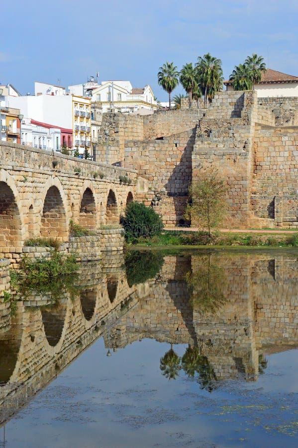 Puente Romana, Roman Bridge und der Alcazaba Merida Spain lizenzfreies stockbild