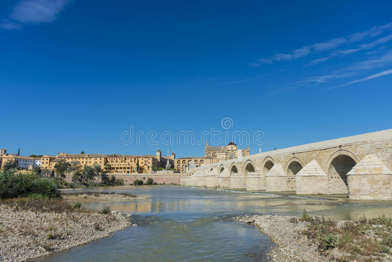 Puente romano en Córdoba, Andalucía, España meridional imagenes de archivo