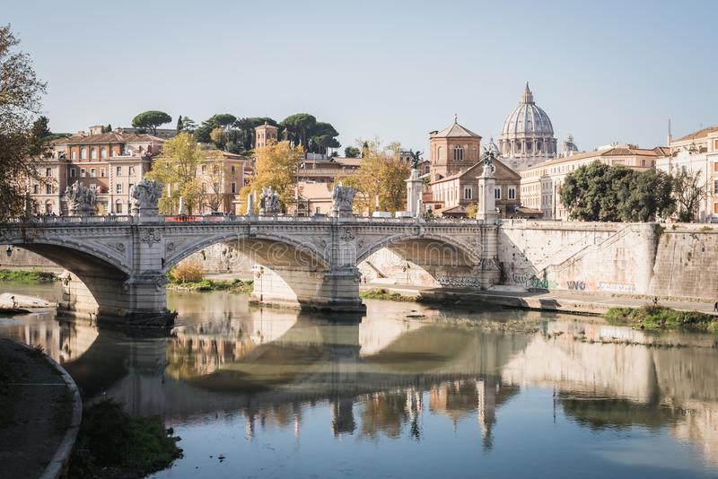 Puente romano sobre el Fiume Tevere en Roma fotos de archivo