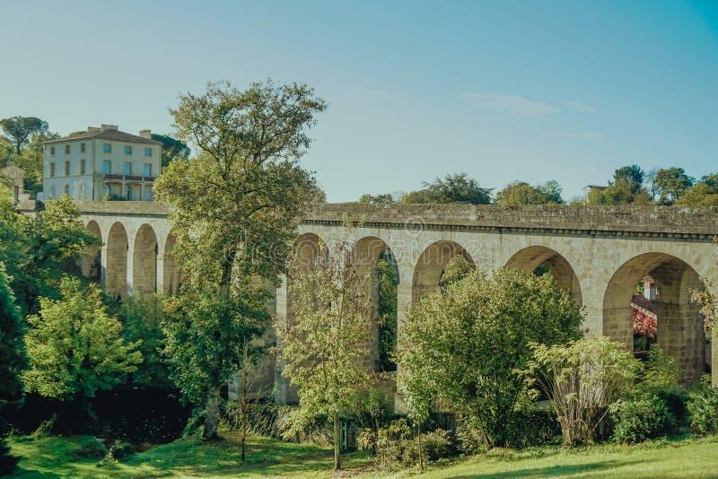 Puente romano viejo en la ciudad de Clisson en el viñedo cerca de la ciudad de Nantes, Bretaña, Francia la arquitectura típica de imagen de archivo