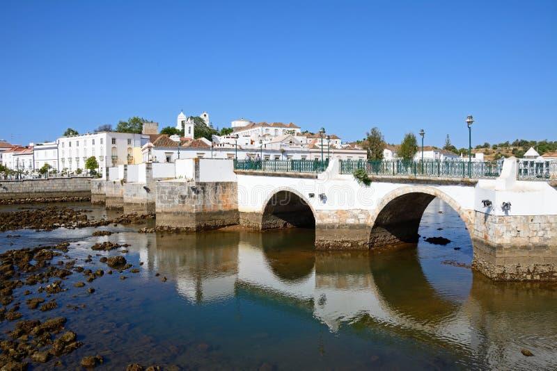 Puente romano y ciudad blanca, Tavira imágenes de archivo libres de regalías