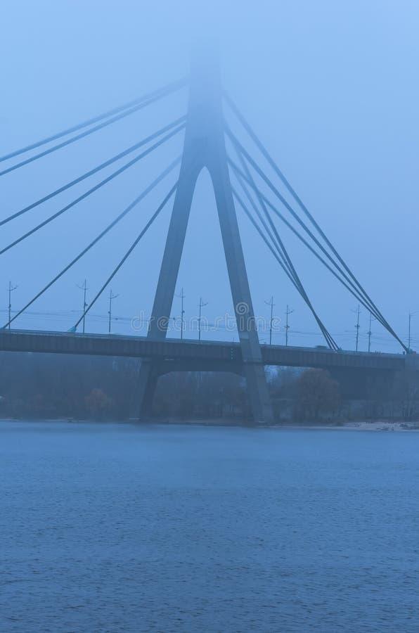 Puente septentrional de Moscú en niebla gruesa Paisaje brumoso Mún tiempo del otoño El concepto de tiempo de niebla en la ciudad  foto de archivo libre de regalías