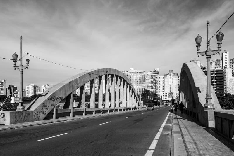 Puente sobre avenidas del problema imagen de archivo libre de regalías