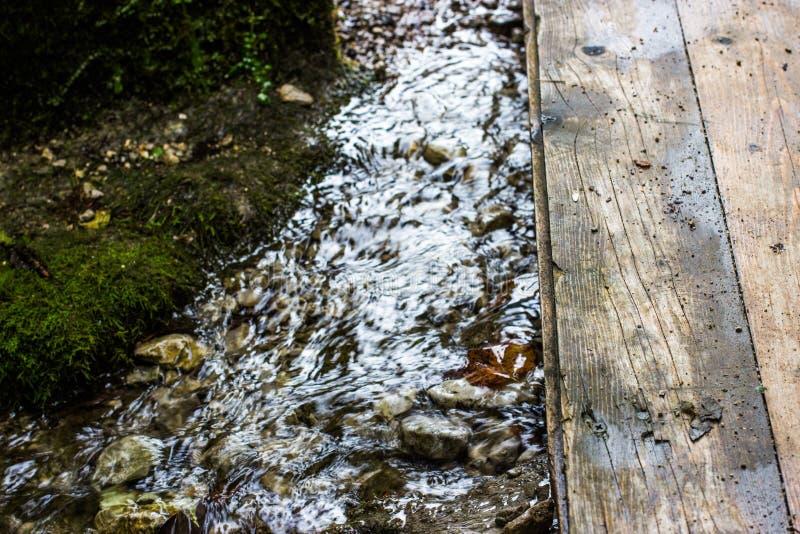 Puente sobre corriente de la montaña foto de archivo libre de regalías