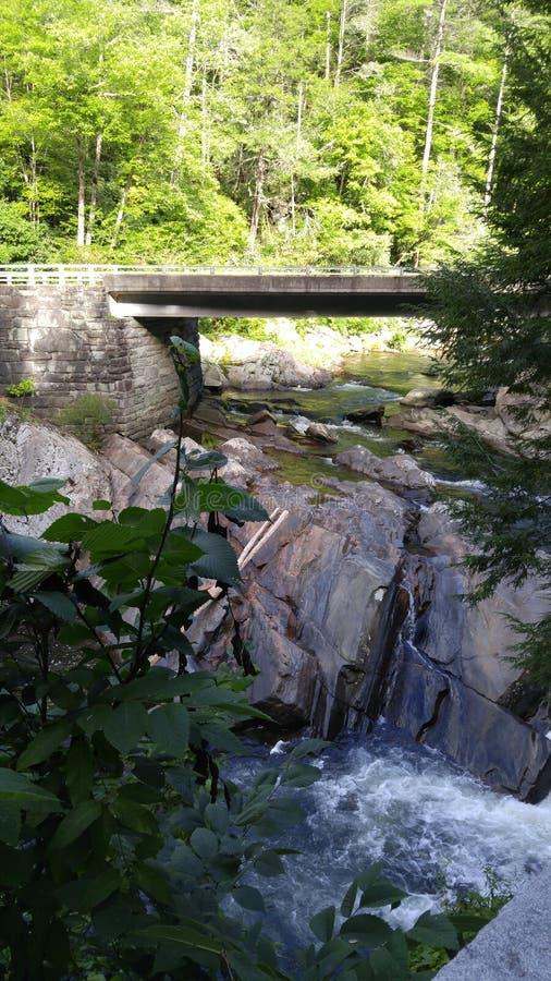 Puente sobre el agua foto de archivo