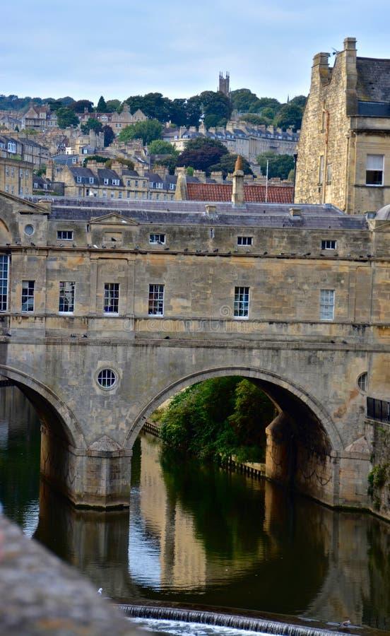 Puente sobre el agua tranquila imagen de archivo