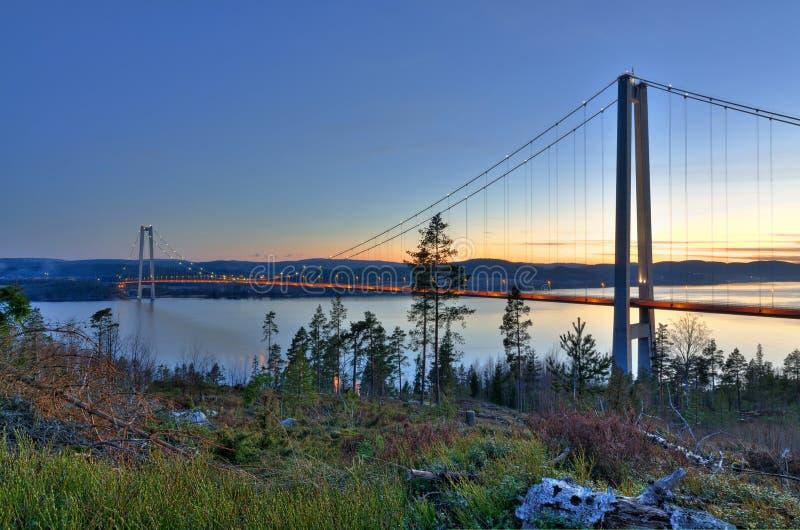 Puente sobre el fiordo sueco foto de archivo