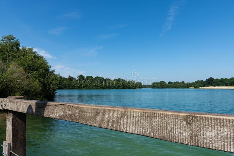 Puente sobre el lago con una playa en el fondo imagen de archivo libre de regalías