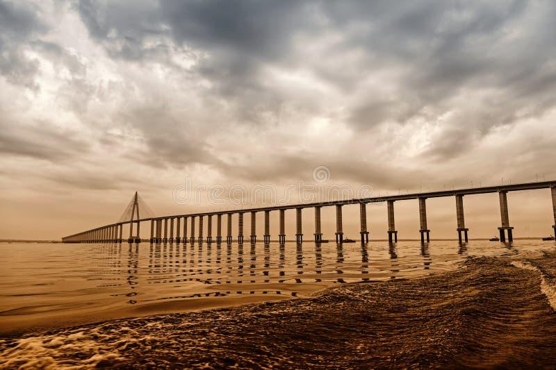 Puente sobre el mar en Manaus, el Brasil Paso del camino sobre el agua en el cielo nublado Arquitectura y diseño Destinación del  imagen de archivo libre de regalías