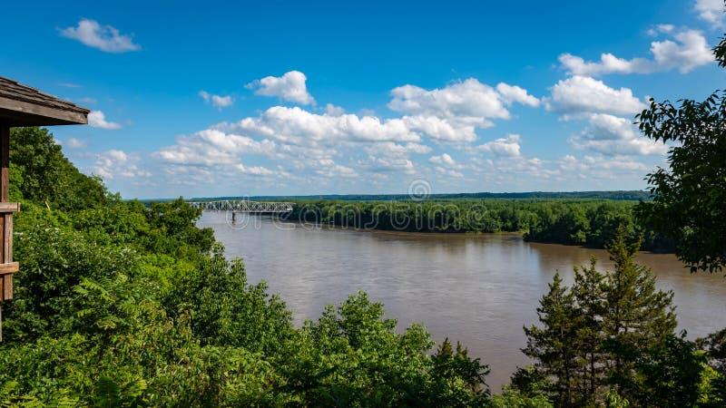 Puente sobre el Missouri Riveron al día claro imágenes de archivo libres de regalías