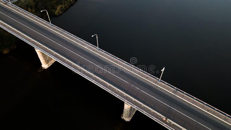 Puente sobre el río con un quadcopter imagenes de archivo