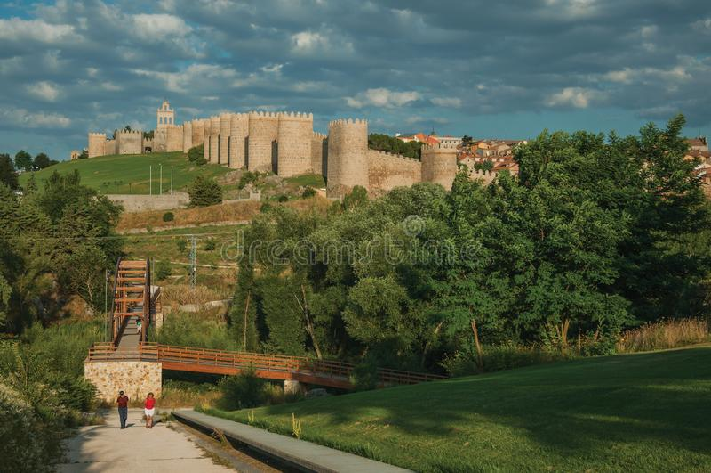 Puente sobre el río de Adaja y pared alrededor de Ávila foto de archivo libre de regalías