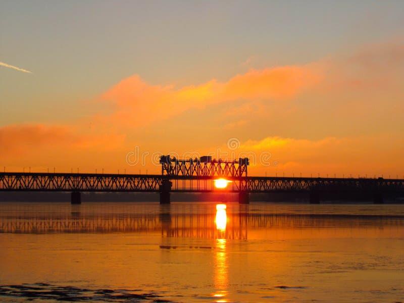 Puente sobre el río de Dnieper en Kremenchug fotografía de archivo