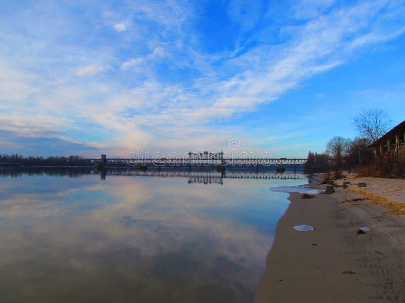 Puente sobre el río de Dnieper en Kremenchug imagen de archivo