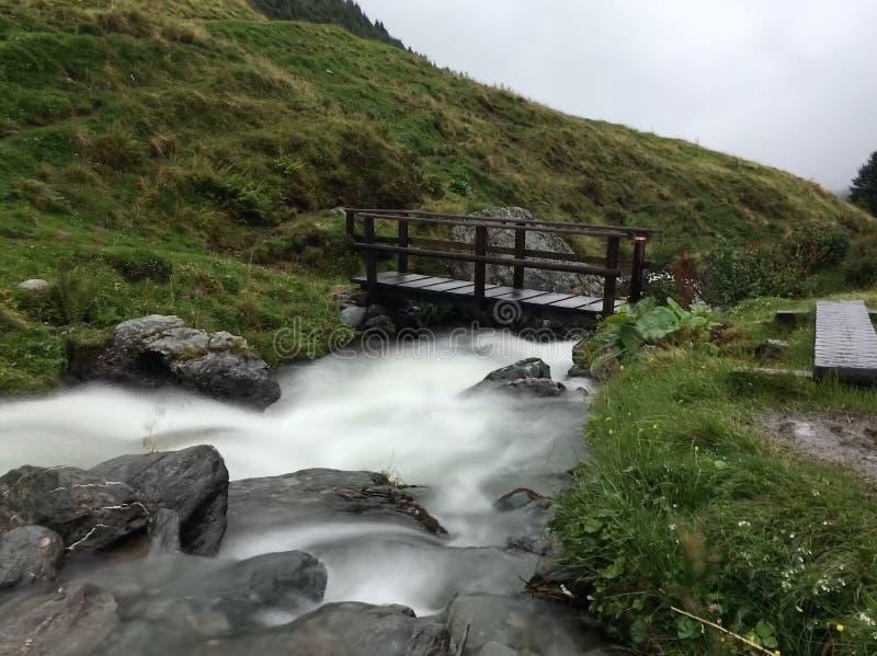 Puente sobre el río de la montaña imagen de archivo