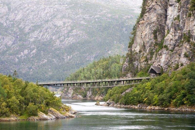 Puente sobre el río de la montaña imagen de archivo libre de regalías