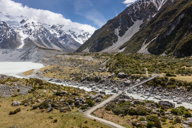 Puente sobre el río de la puta en el parque nacional Nueva Zelanda de Aoraki fotos de archivo
