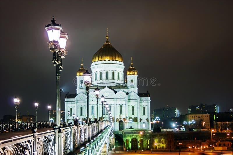 Puente sobre el río de Moscú cerca de la catedral de Cristo el Saviou fotografía de archivo