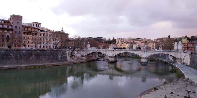 Puente sobre el río de Tíber, Roma, Italia imagenes de archivo