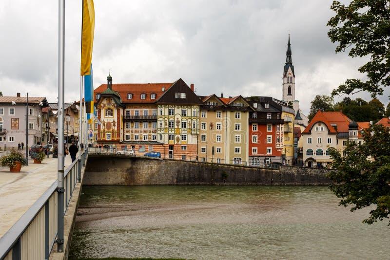 Puente sobre el río en pueblo o ciudad viejo imagenes de archivo