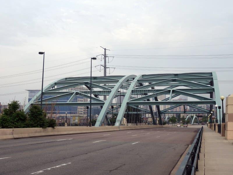 Puente sobre el río que lleva en Denver fotos de archivo libres de regalías