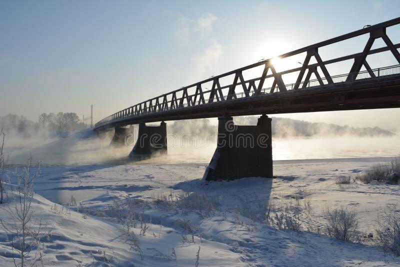 Puente sobre el río, que no congela Escena del invierno imagenes de archivo