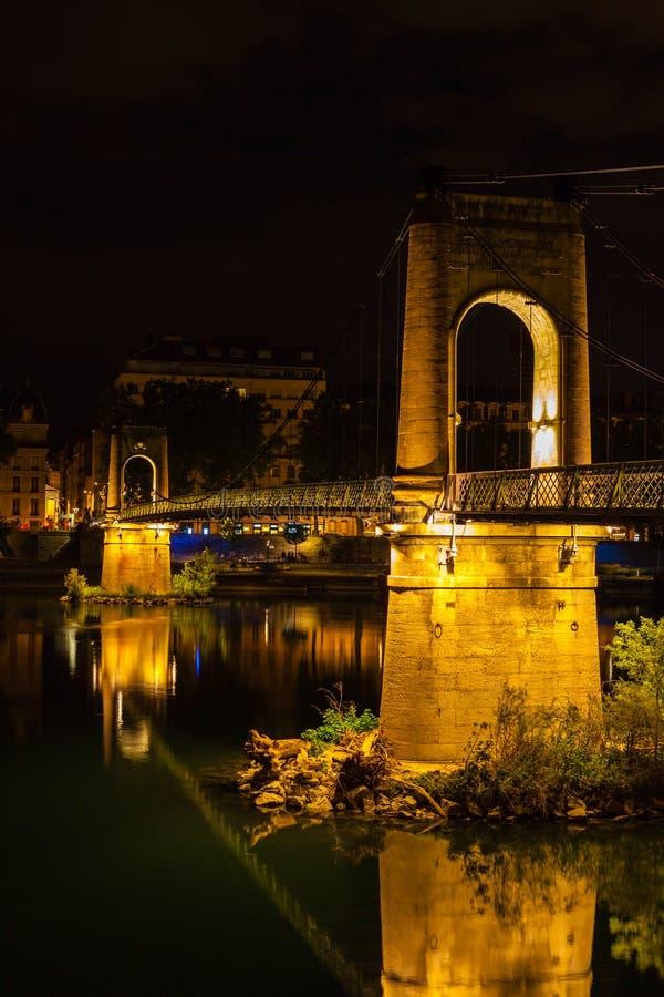 Puente sobre el río Rhone en Lyon, Francia en la noche imagenes de archivo