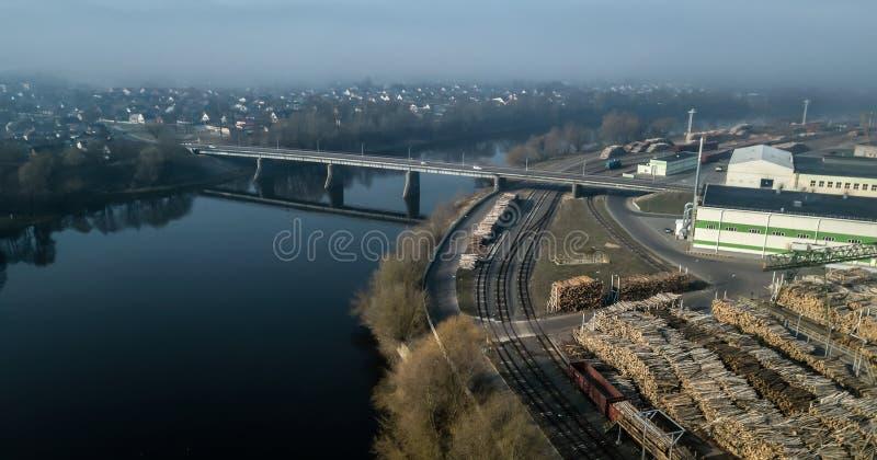 Puente sobre el río, vista de la fábrica y la ciudad del quadcopter fotos de archivo libres de regalías