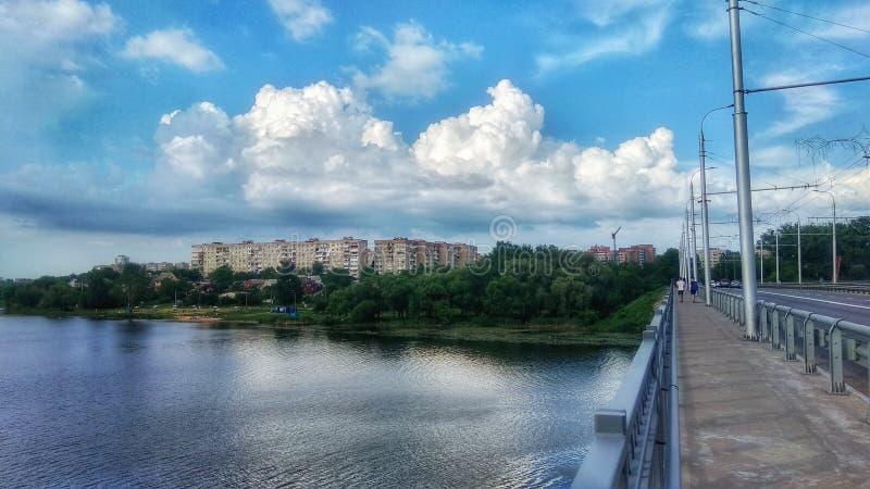 Puente sobre el r?o foto de archivo