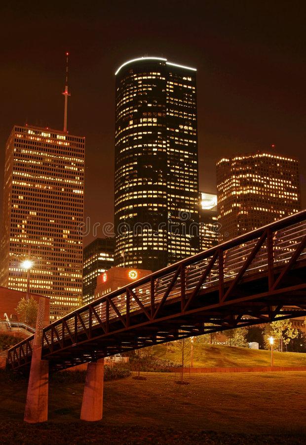 Puente sobre horizonte de la noche fotografía de archivo libre de regalías