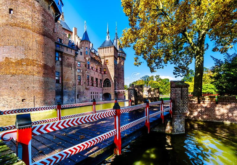 Puente sobre la fosa que rodea a Castle De Haar fotos de archivo