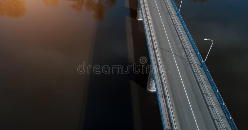 Puente sobre la opinión aérea del río desde arriba del abejón fotografía de archivo libre de regalías