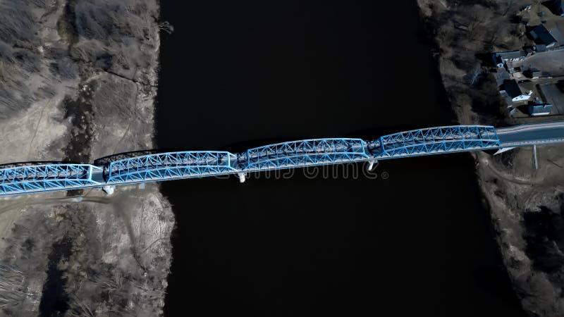 Puente sobre la opinión superior del río, fotografía aérea imagen de archivo