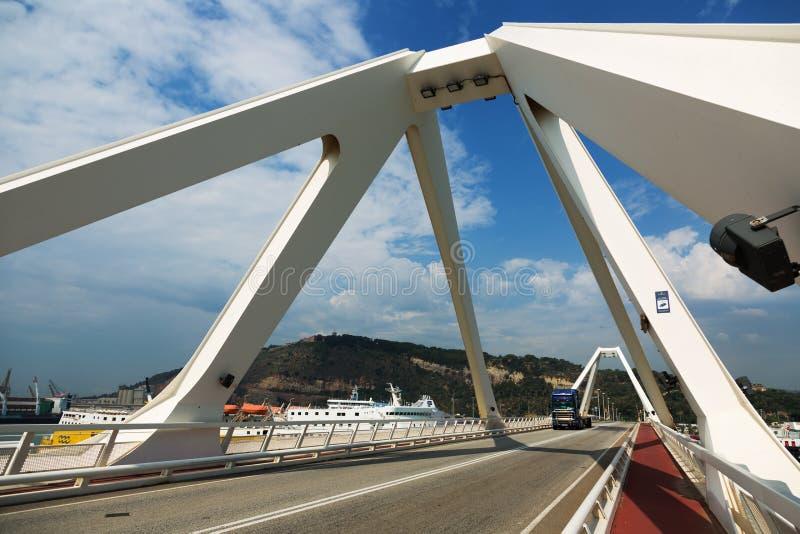 Puente sobre los terminales del crucero en el puerto de Barcelona fotos de archivo