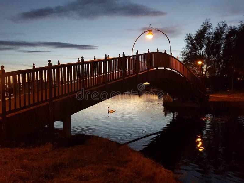 Puente sobre orilla del lago imagen de archivo
