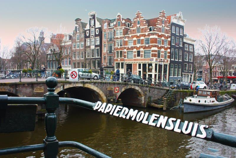 Puente sobre un canal de Amsterdam en Holanda fotos de archivo libres de regalías
