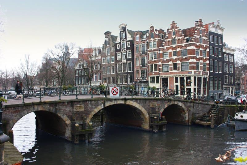 Puente sobre un canal de Amsterdam en Holanda fotografía de archivo libre de regalías