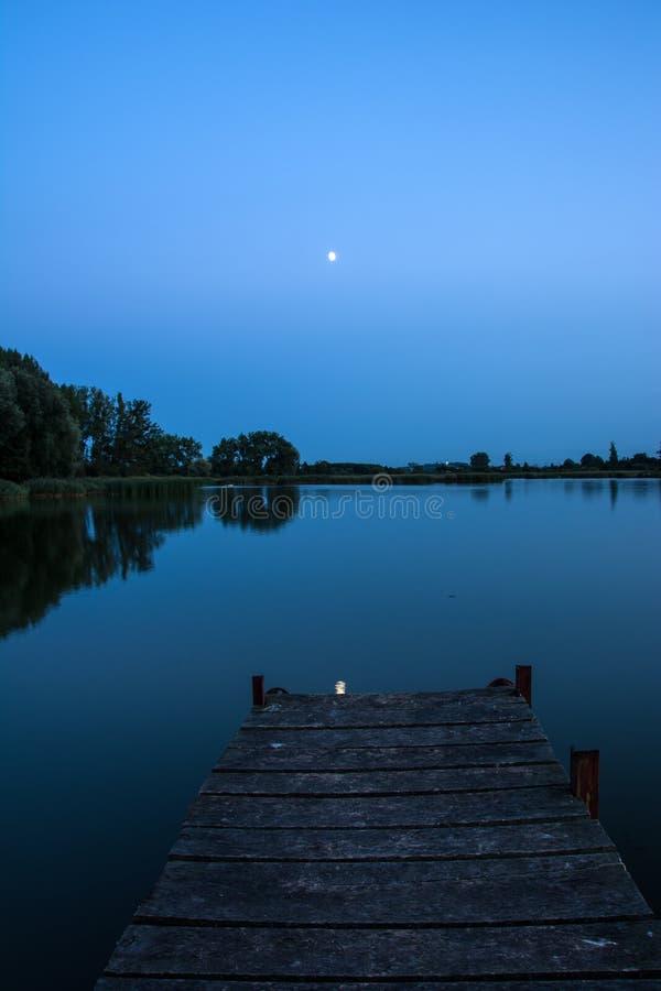 Puente sobre un lago tranquilo fotos de archivo libres de regalías