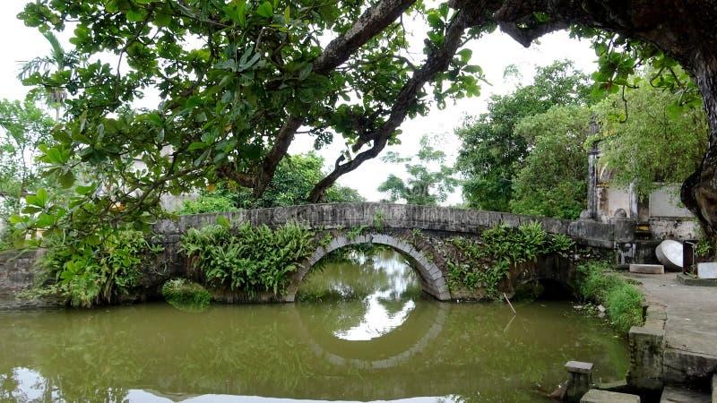 Puente solo que mira la sombra del lago imagenes de archivo