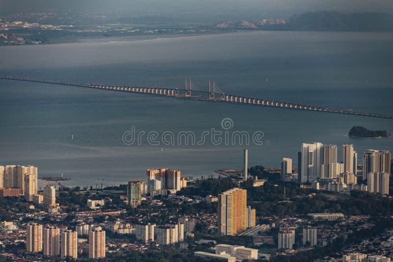 Puente Sultan Abdul Halim Muadzam Shah Bridge de Penang y el mar con el cielo de la oscuridad que vio de la colina de Penang fotos de archivo libres de regalías