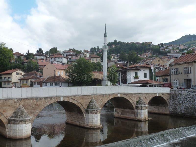 Puente típico de la ciudad de Sarajevo fotografía de archivo