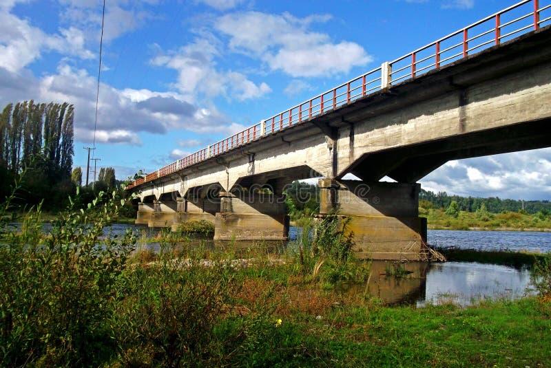 Puente típico del coche sobre un río en Chile imagen de archivo libre de regalías