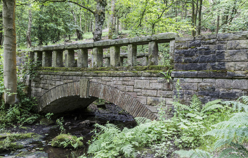 Puente típico en los jardines colgantes de Rivington imagenes de archivo