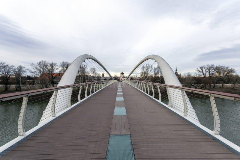 Puente Tiszavirag en Szolnok, Hungría imagen de archivo