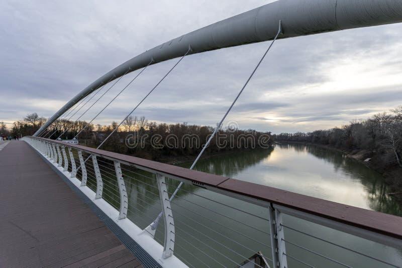 Puente Tiszavirag en Szolnok, Hungría imagen de archivo libre de regalías