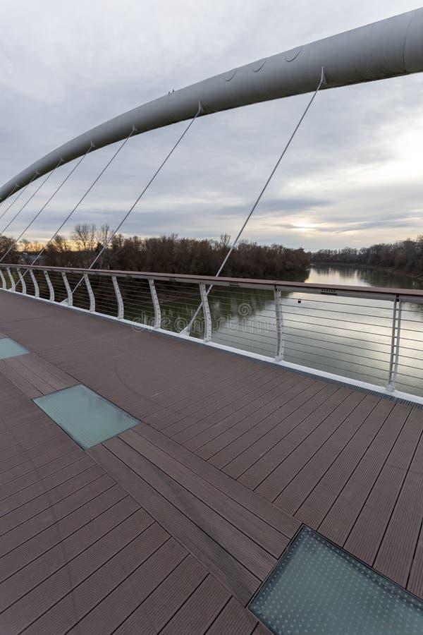 Puente Tiszavirag en Szolnok, Hungría foto de archivo