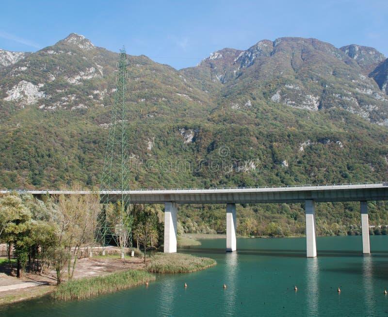 Puente a través del agua foto de archivo