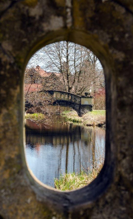 Puente a través del ojo de la cerradura imagen de archivo