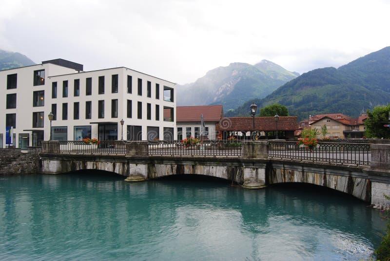 Puente a través del río de Aare, Interlaken de conexión a Unterseen imagenes de archivo