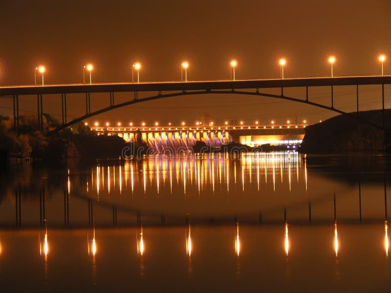 puente a través del río de Dnieper imagen de archivo